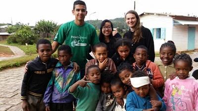 Ungdomsvolontärer med en grupp skolbarn vid Projects Abroads sommarlägger på Madagaskar
