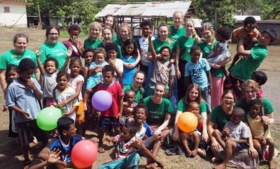 Ungdomar mellan 16 och 19 år på volontärresa på Fiji.