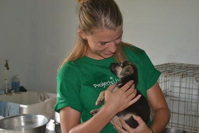 Volontärer håller valp i famnen vid djurvårdsprojekt i Belize