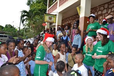 Volontärer delar ut julklappar till barn under Operation Kristmus Smile