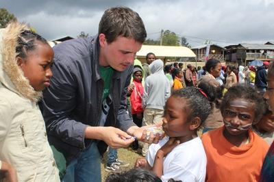 Volontär observerar lemur vid naturvårdsprojekt på Madagaskar