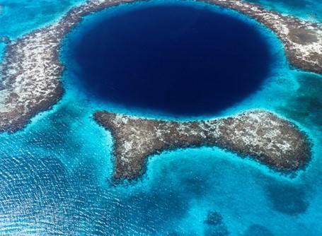 Korallrev längs Belize kust utgör det berömda Blue Hole