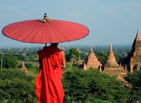 VMunk blickar ut över Myanmars berömda Bangl