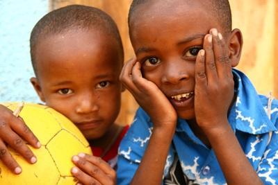 Unga pojkar vid en volontärplacering i Tanzania med Projects Abroad