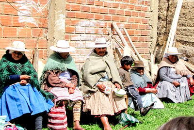 Volontär i Sydamerika - Lokala kvinnor i traditionella kläder sitter på en bänk i La Paz, Bolivia.