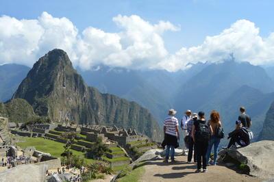 Volontärer i Peru beundrar utsikten vid Machu Pichu.