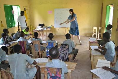 Kvinnlig lärarvolontär lär ut engelska vid undervisningsprojekt i Ghana